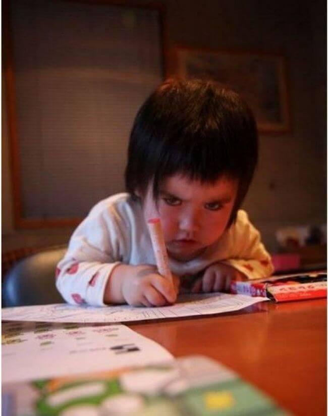 12 crianças flagradas com olhares que vão te deixar com medo