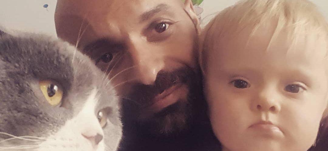 Solteiro e gay, ele adotou uma menina com Síndrome de Down, rejeitada 20 vezes