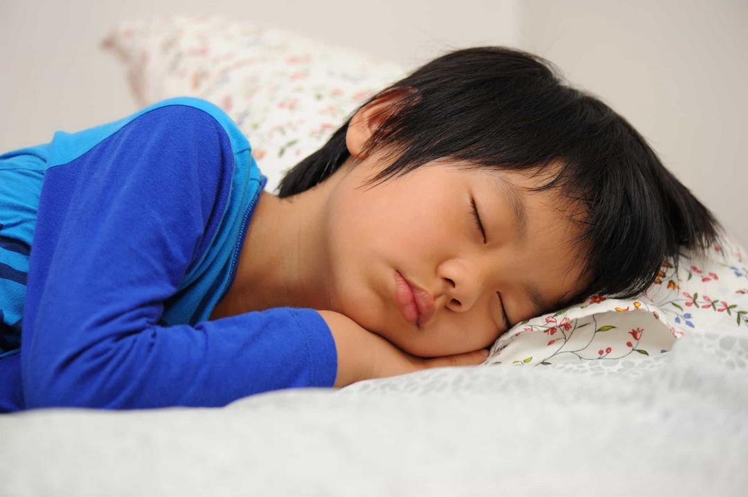 Seus filhos estão dormindo menos? Pode culpar a quarentena - Papo de Pai