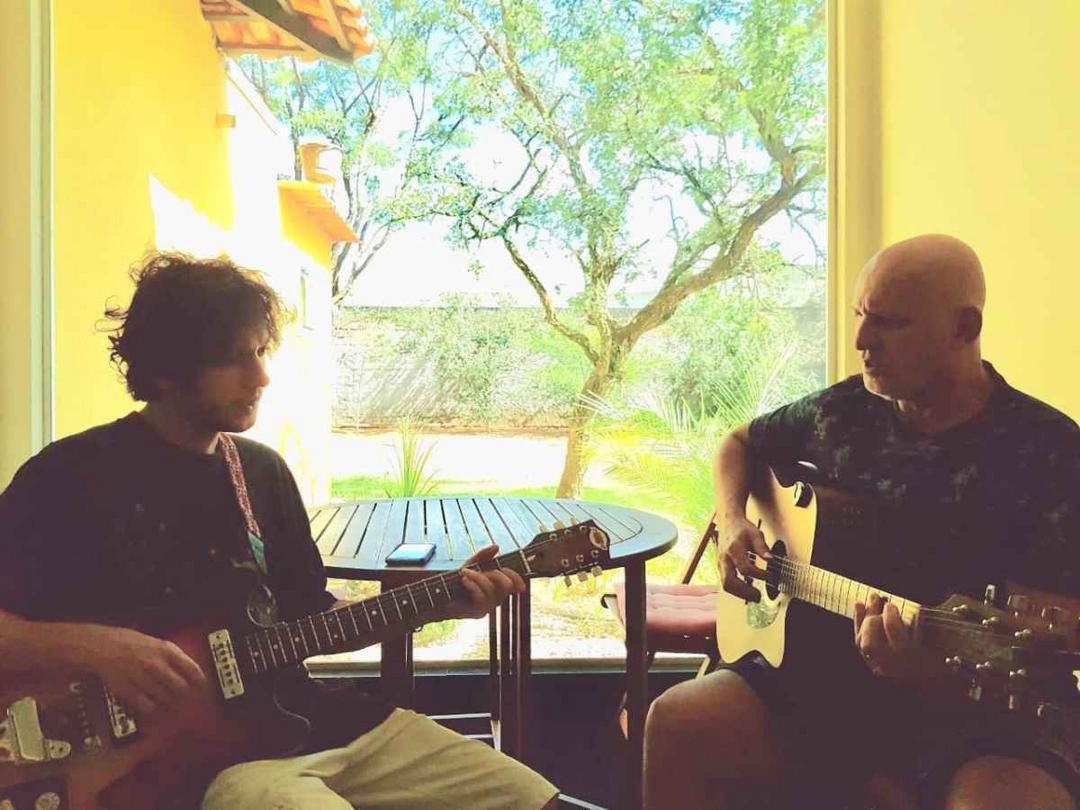 Pais roqueiros são os que mais tentam influenciar preferência musical dos filhos - Papo de Pai