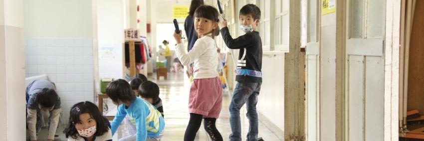 Alunos limpam escola para aprender sobre coletividade e valorização do patrimônio
