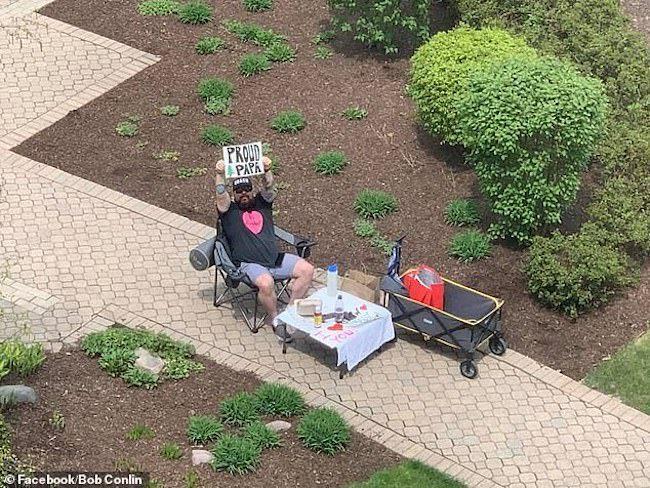 Impedido de visitar esposa grávida, babão orgulhoso escreve mensagens de amor em frente ao hospital