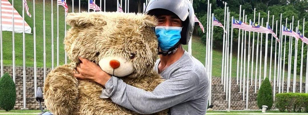 Pai sem dinheiro fica feliz ao encontrar urso de pelúcia no lixo para presentear filha