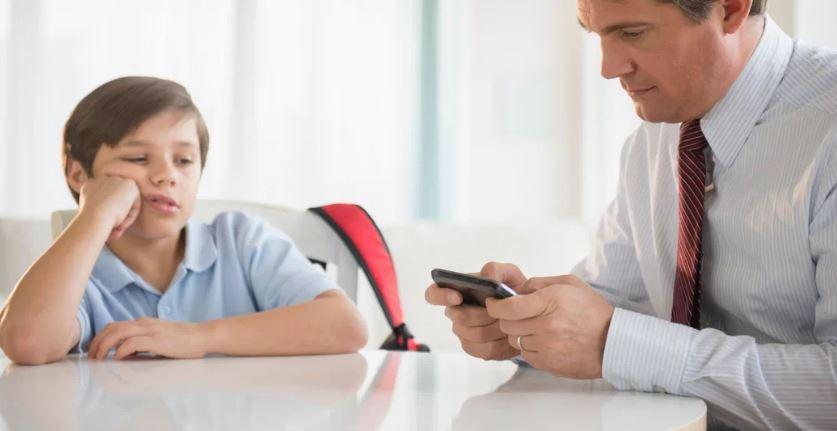 Estudos revelam: Seu vício em celular afeta seus filhos