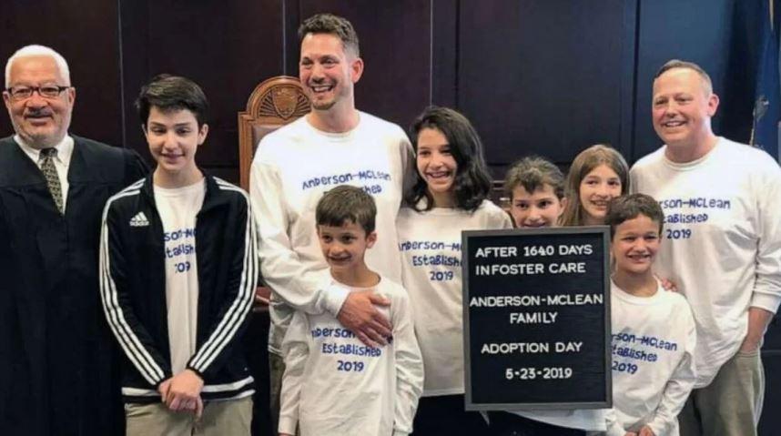 Dois pais adotam seis irmãos que passaram quase cinco anos em um orfanato