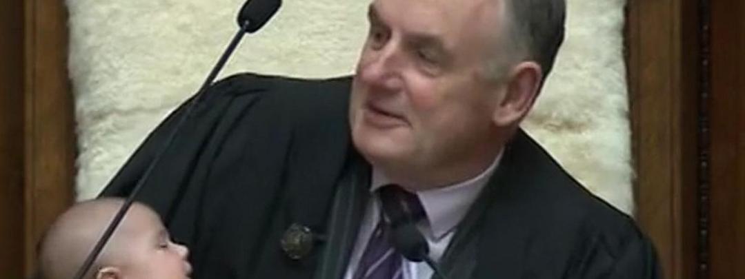 Presidente do Parlamento da Nova Zelândia embala bebê enquanto administra debate