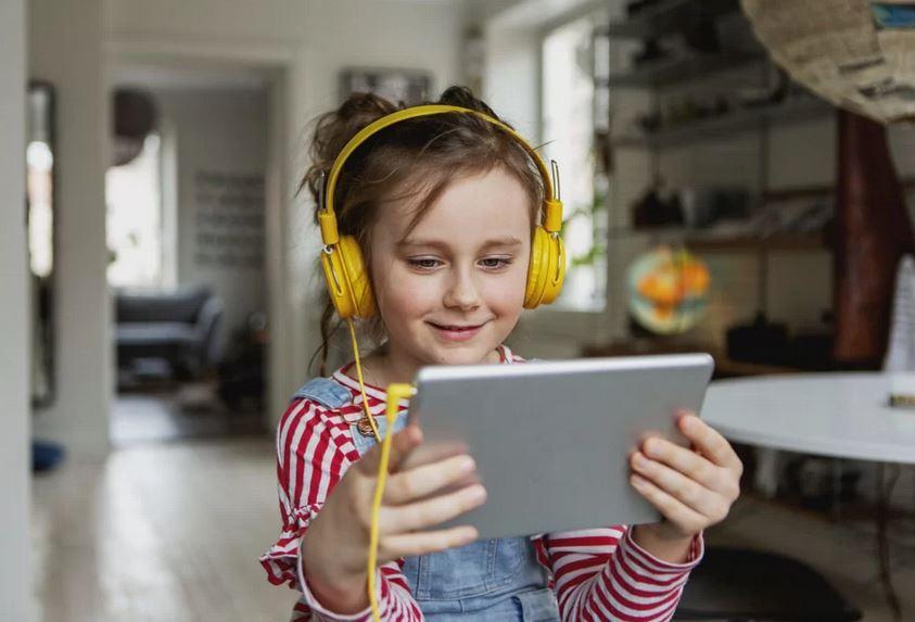 Com a quarentena, cresce o serviço de babá virtual