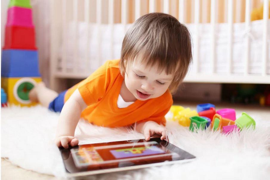 Menino pega tablet do avô e gasta o equivalente a 4 mil sem família saber