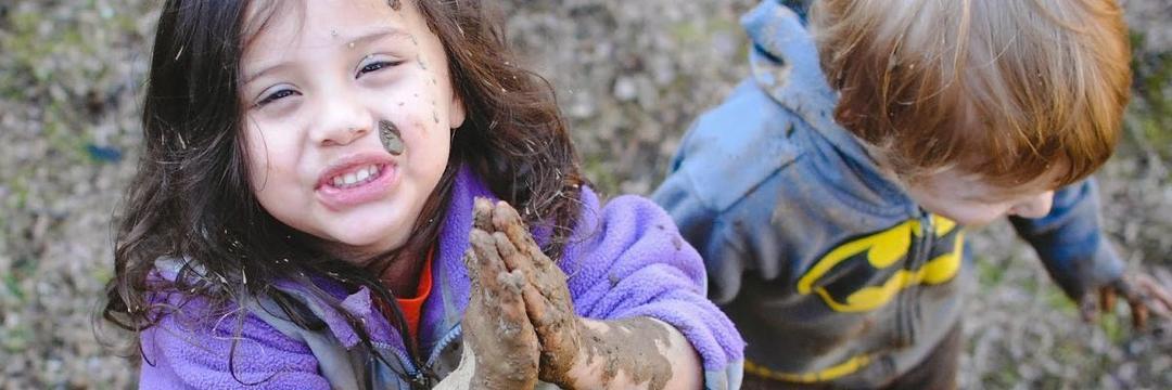 Uma criança saudável deve brincar e se sujar muito!