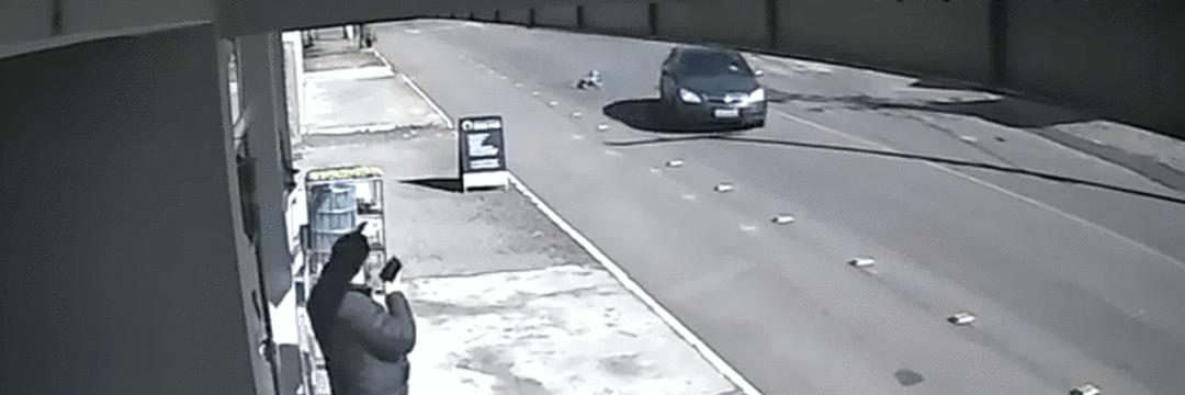 Criança de 4 anos abre a porta e cai de carro em movimento