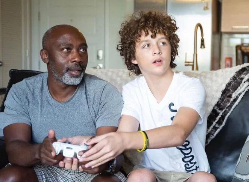 Homem adota menino de 13 anos após seus pais adotivos o abandonarem no hospital