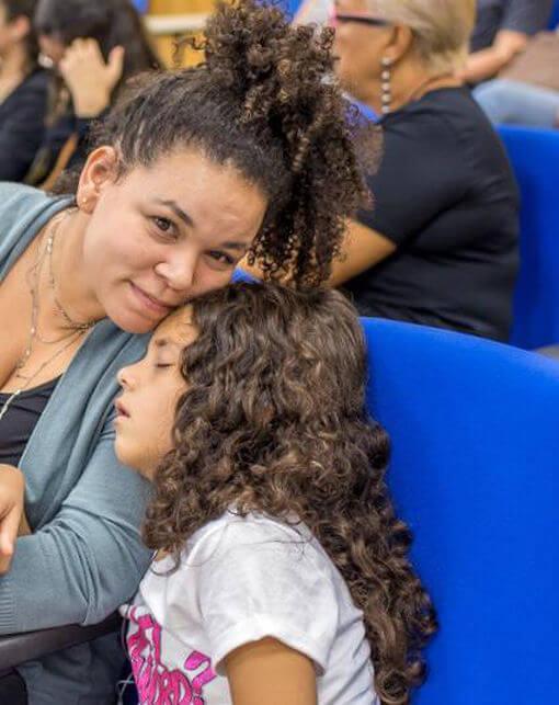 Aluna leva sua filha para a aula e professor reage de forma especial - Papo de Pai