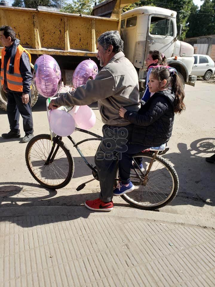 Avô enfeita bicicleta com balões para buscar neta na escola - Papo de Pai