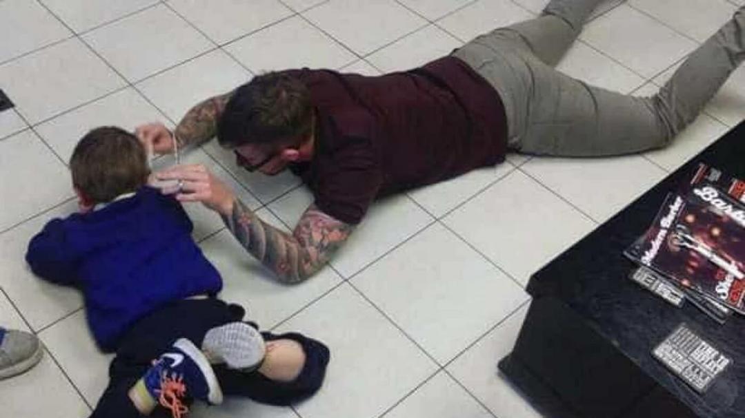 Barbeiros cortam cabelo de autistas onde eles se sentem mais seguros - Papo de Pai