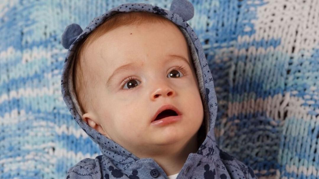 Bebê surpreende a família ao sorrir para o pai após sete meses de coma - Papo de Pai