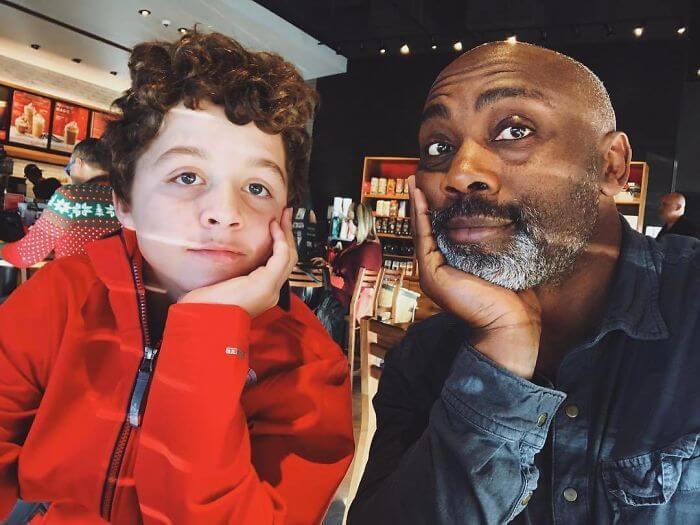 Homem adota menino de 13 anos após seus pais adotivos o abandonarem no hospital - Papo de Pai