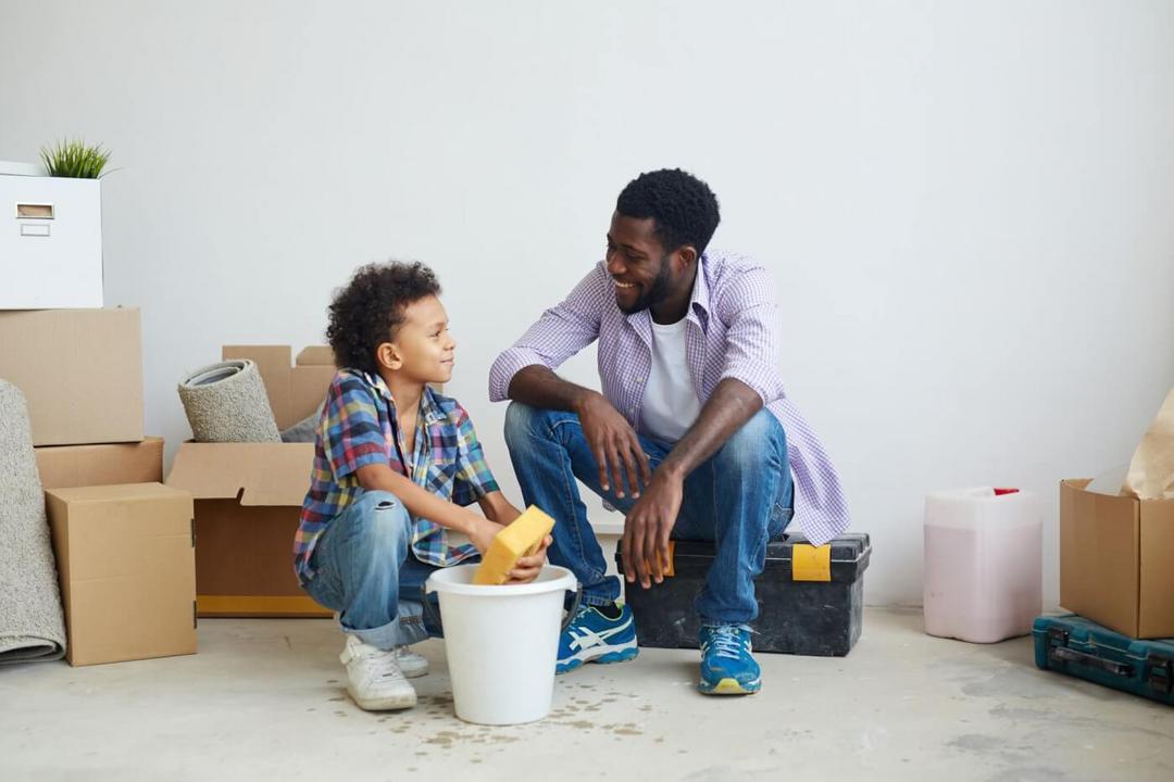 Crianças que ajudam nas tarefas do lar serão adultos de sucesso - Papo de Pai