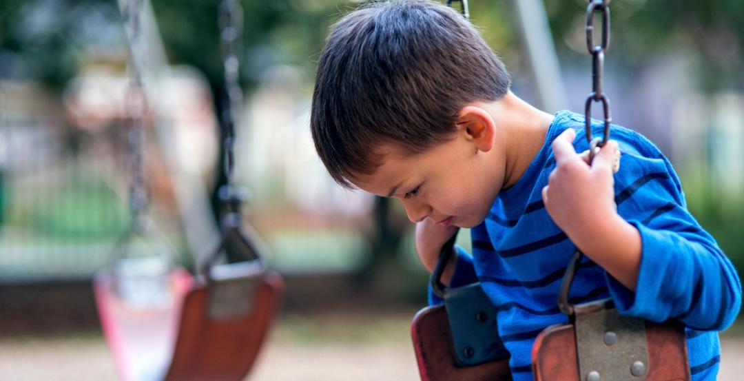 Escola coloca bolinhas de Tênis em cadeiras para ajudar menino com autismo - Papo de Pai
