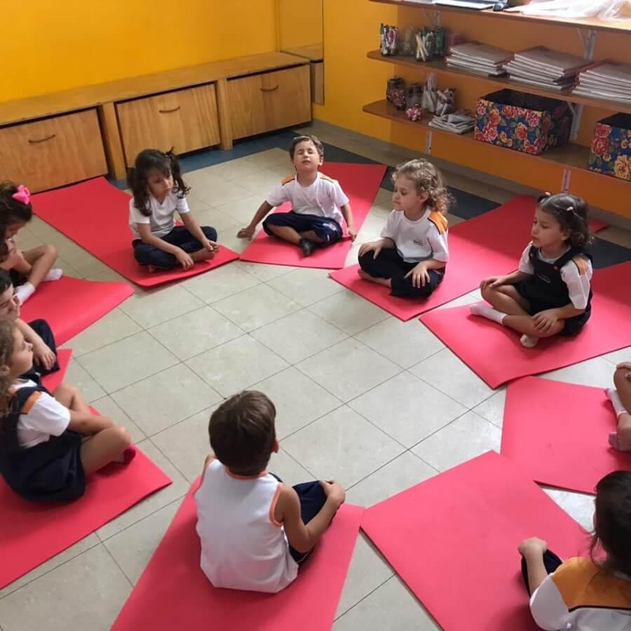 Escola encontra na Yoga uma alternativa para suspensões escolares - Papo de Pai