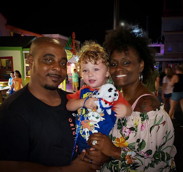 Família sofre preconceito por ter adotado um bebê branco - Papo de Pai