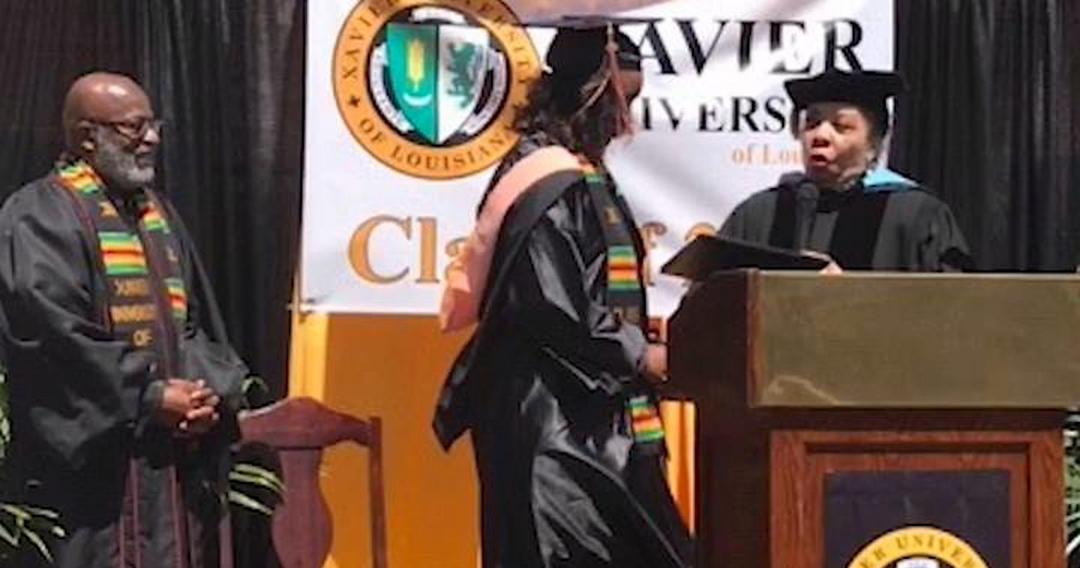 Babão cria palco de cerimônia no quintal de casa para graduação da filha - Papo de Pai