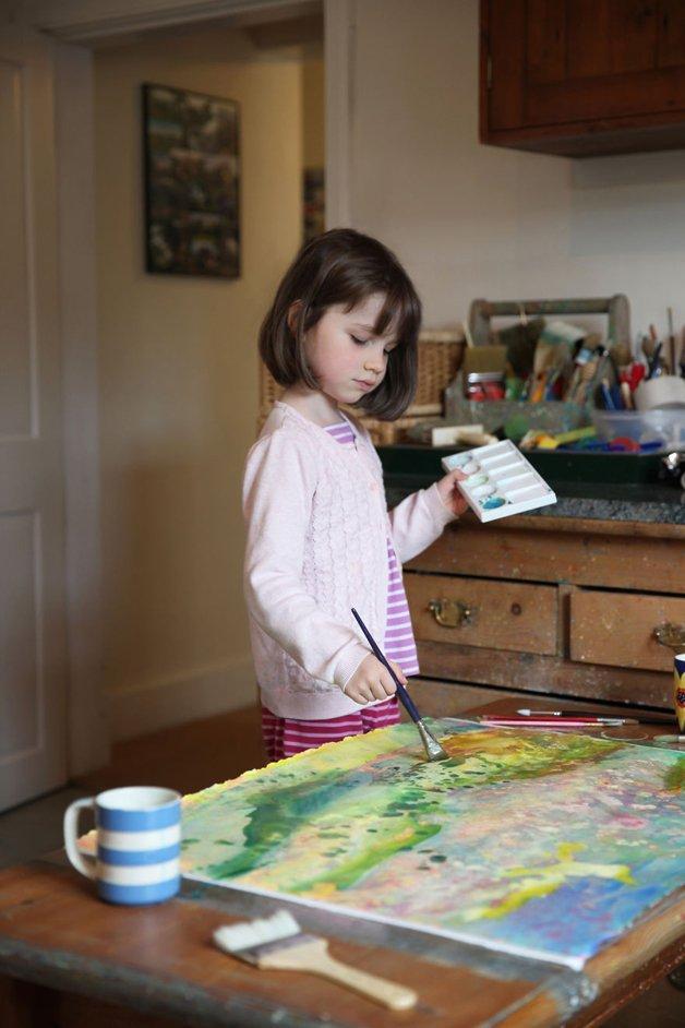 Garotinha autista de apenas seis anos faz sucesso pintando quadros - Papo de Pai