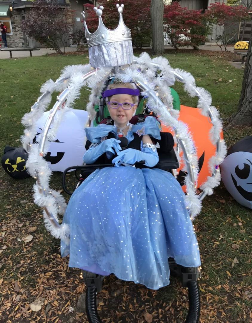 Mãe transforma cadeira de rodas da filha na carruagem da Cinderela - Papo de Pai