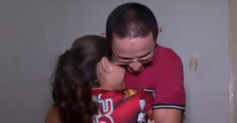 Menina salva pai que sofre ligando para a emergência