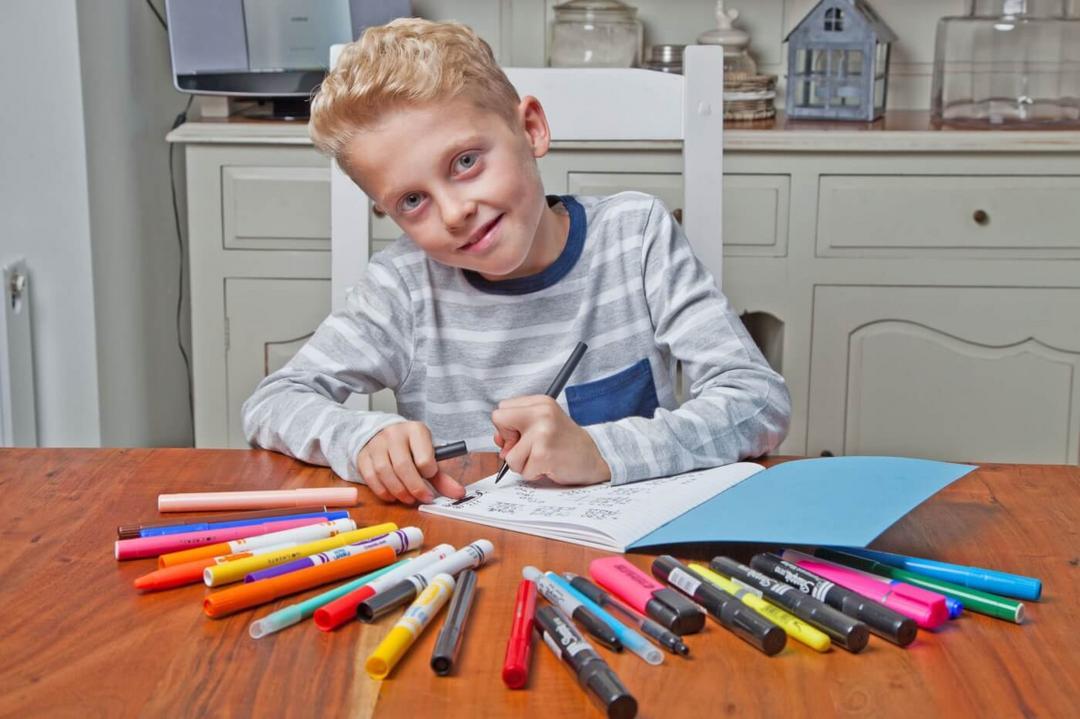 Menino é convidado para decorar restaurante com seus desenhos