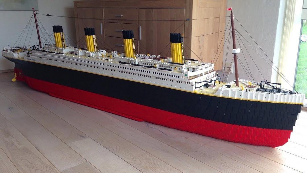 Menino autista constrói réplica do Titanic usando peças de LEGO - Papo de Pai