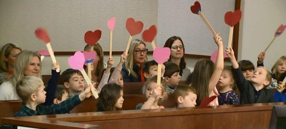 Menino de 5 anos convida amigos da escola para sua audiência de adoção - Papo de Pai