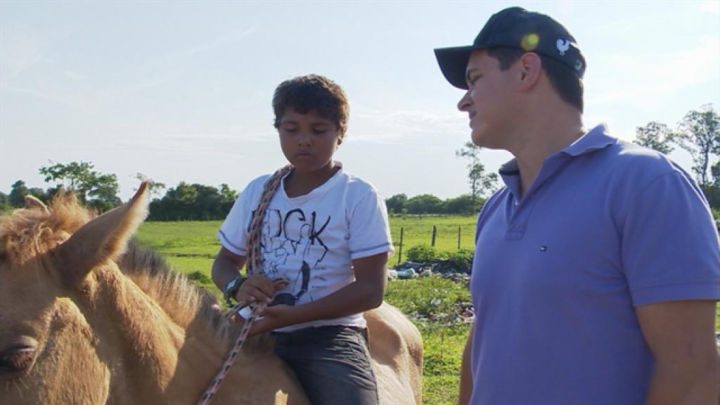 Menino surpreende a todos ao pedir milho e outros presentes para sua família e seu animal de estimação, o cavalo Gateado.