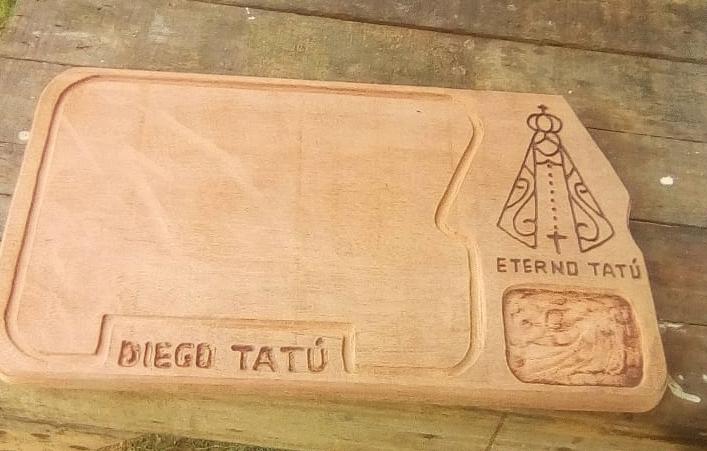 Para sustentar filha, viúvo aprende sozinho a fazer tábuas personalizadas - Papo de Pai