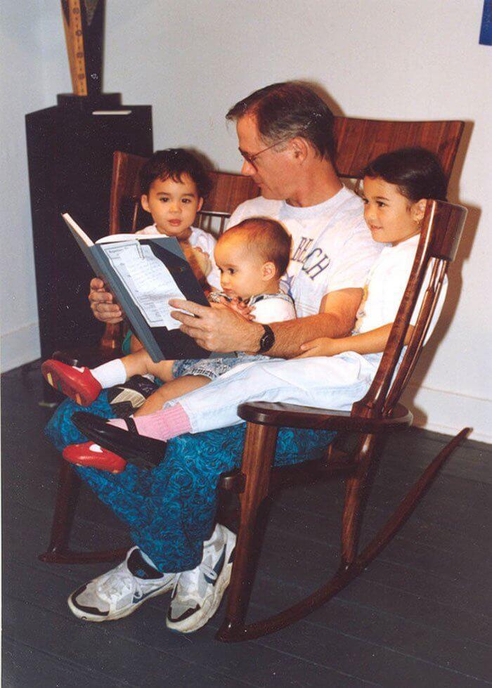 Professor de artesanato cria cadeira inovadora para ler histórias para os filhos