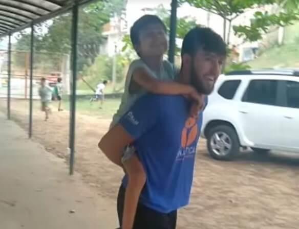 Professor de escola de educação física pula corda com aluno cadeirante e emociona- Papo de Pai