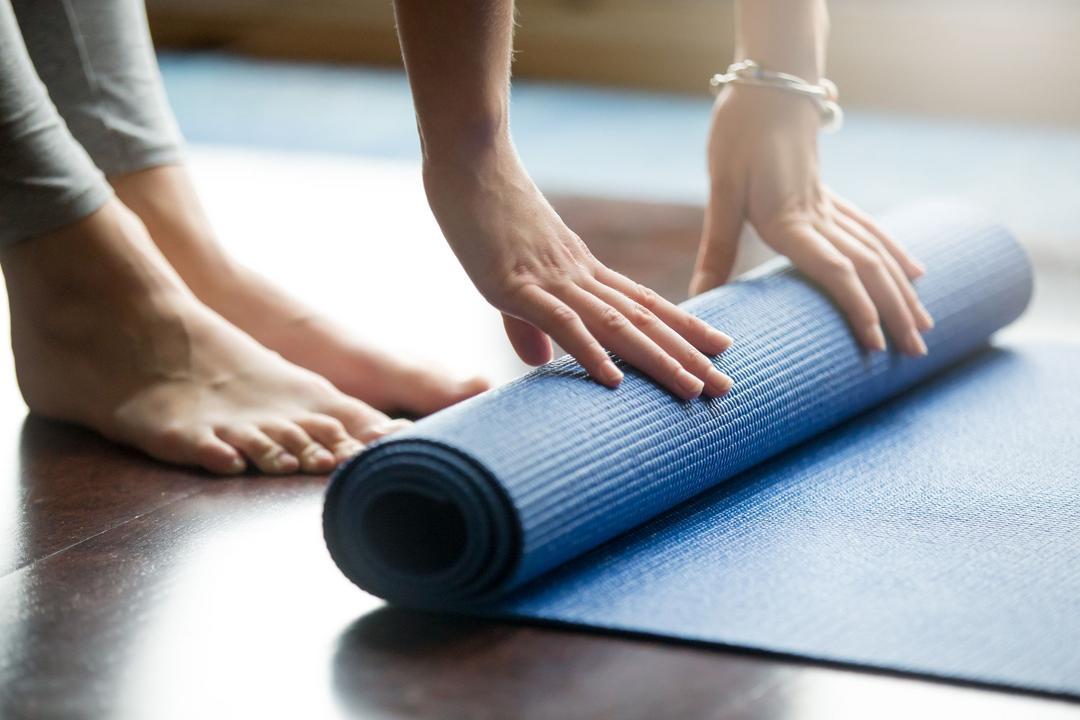 Saiba como escolher e limpar seu tapete de Yoga - Papo de Pai