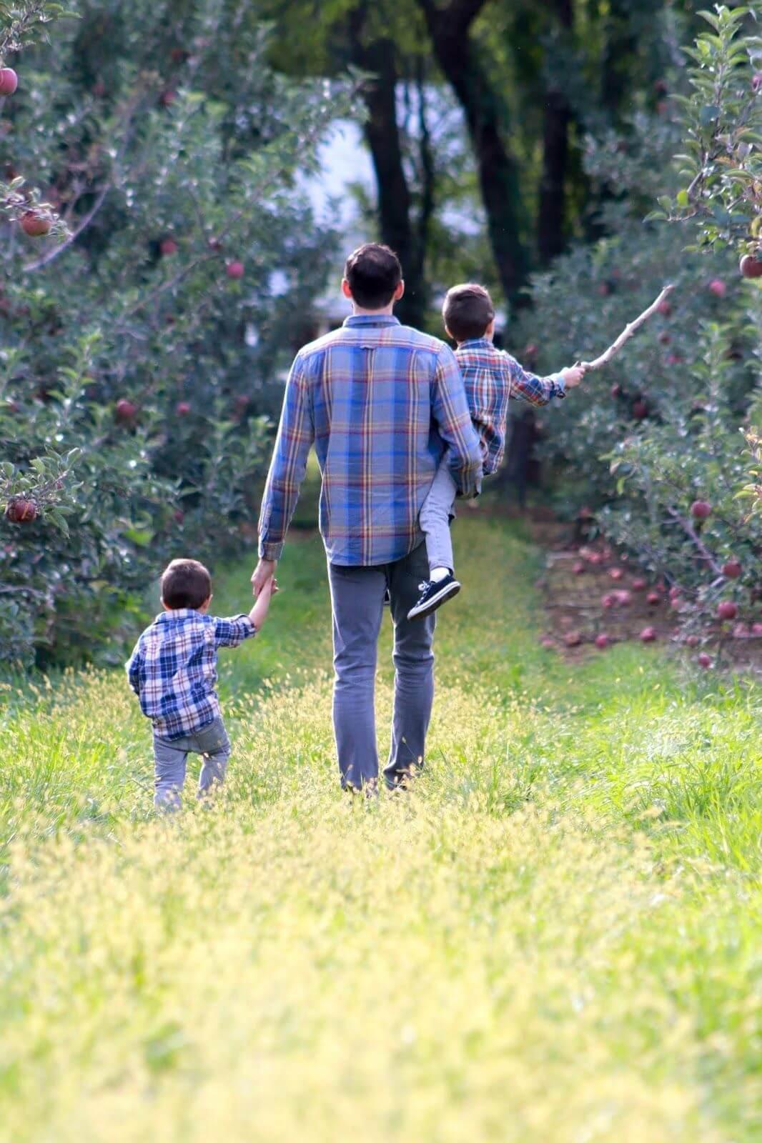 De acordo com a ciência, nós babões temos um filho favorito - Papo de Pai