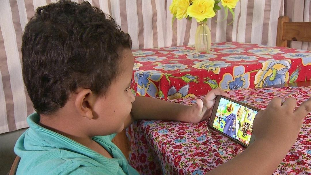 Usar um telefone celular para acalmar uma criança impede que ela aprenda a acalmar a si mesma - Papo de Pai