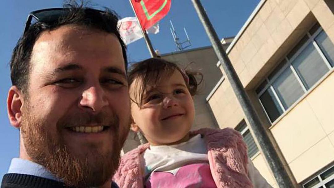 Pai sírio cria brincadeira para distrair filha durante bombardeios e vídeo viraliza - Papo de Pai