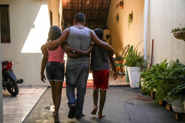 Vidraceiro assume guarda de filho adotivo que tinha voltado ao abrigo