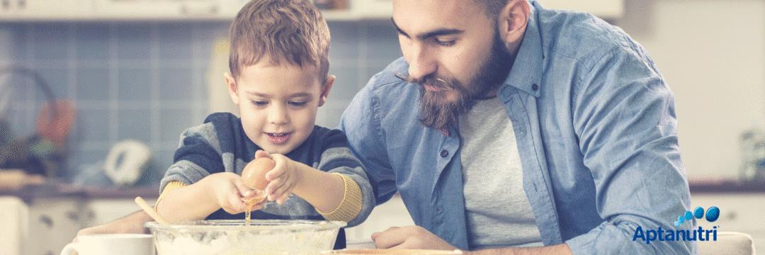 Cozinhar com seu filho pode ser uma ótima opção de atividade na pandemia