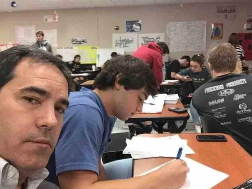 Ele soube da má conduta do filho na escola e decidiu acompanhar o filho nas aulas