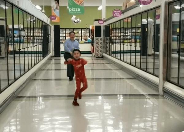 Avô dança com neto na véspera de cirurgia para animá-lo e o vídeo viraliza - Papo de Pai
