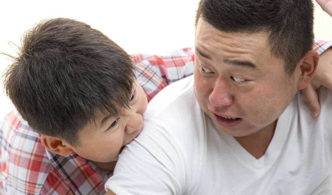 E quando seu filho morde outras crianças? - Papo de Pai