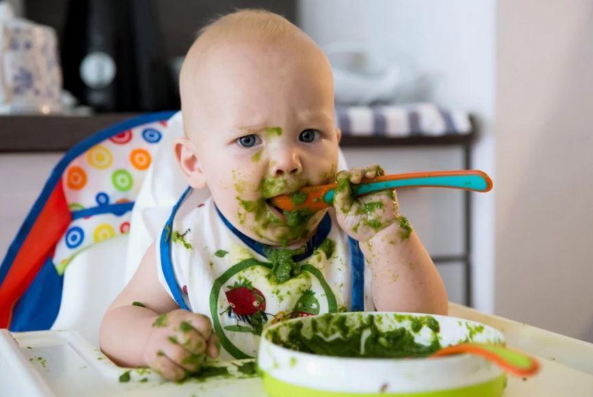 Como ajudar um bebê a desenvolver habilidades motoras grossas e finas durante a quarentena