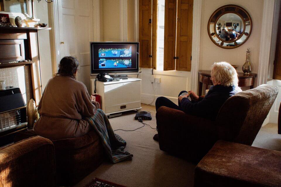 Casal de idosos joga Mario Kart todo dia para ver quem fará chá - Papo de Pai