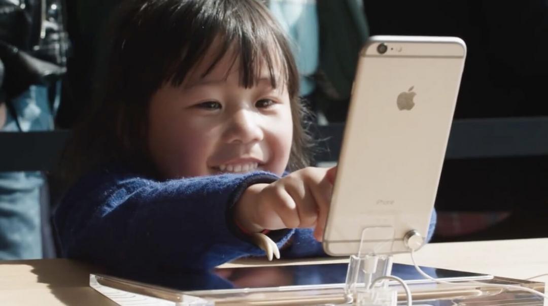 Criança de dois anos faz iPhone da Mãe ser bloqueado por 47 anos - Papo de Pai