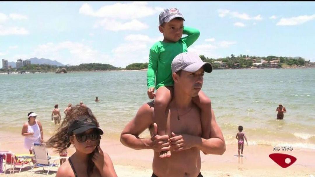 Criança perdida na praia - Coloque-a nos ombros e peça que todos batam palmas - Papo de Pai
