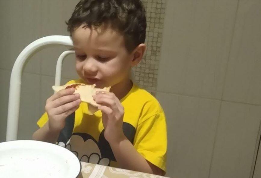 Pizzaria manda brinde surpresa para garoto autista