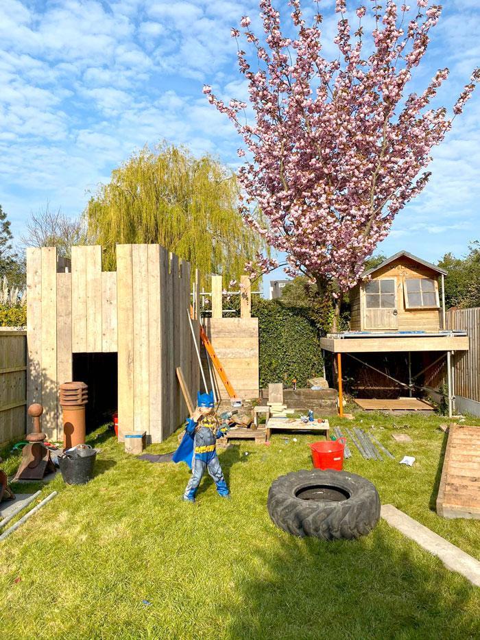 Após ver o preço de casas na árvore, um babão constói fortaleza impressionante para os filhos - Papo de Pai